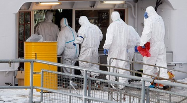 Image: Paramedics dressed in protective attire enter the Bellriva, in Wiesbaden