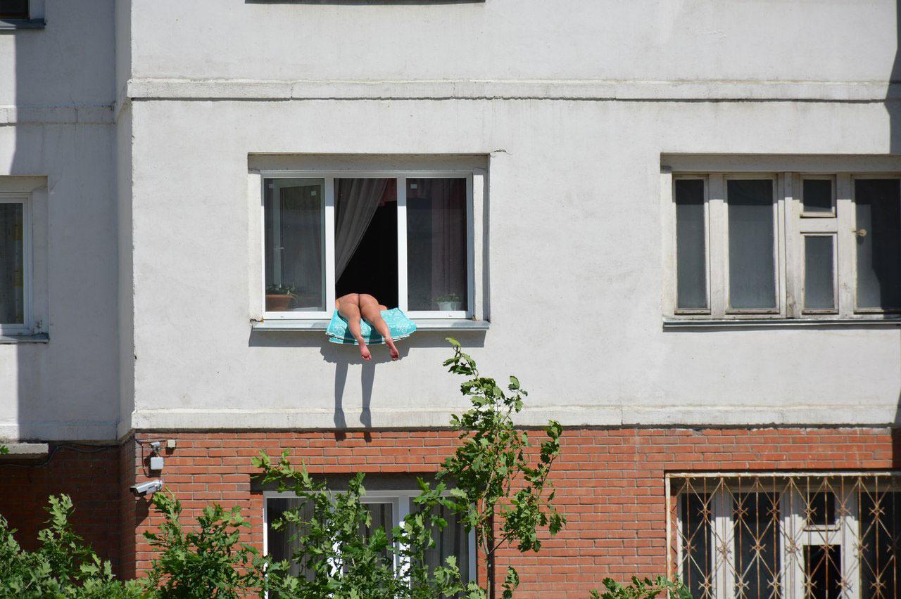 podglyadivayut-cherez-okno-intim